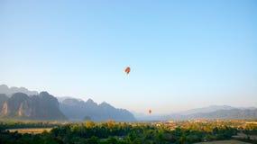 Pallone variopinto nel cielo Fotografia Stock Libera da Diritti