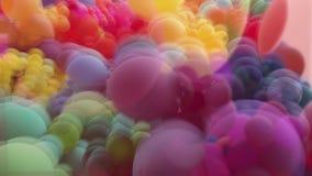 Palloni astratti dell'arcobaleno che si muovono nell'esposizione multipla video d archivio