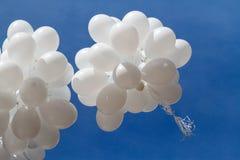 Palloni bianchi contro il cielo Fotografia Stock Libera da Diritti