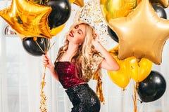 Palloni biondi della ragazza di celebrazione della festa di compleanno immagine stock libera da diritti