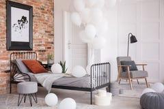 Palloni in camera da letto alla moda industriale, foto reale con lo spazio della copia immagini stock libere da diritti