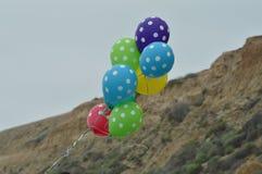 Palloni che galleggiano nel vento Immagini Stock