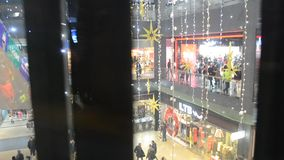 Palloni colorati sui precedenti di un albero di Natale i video d archivio
