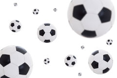 Palloni da calcio di cuoio di volo isolati su bianco Immagini Stock Libere da Diritti