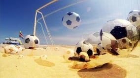 Palloni da calcio sulla spiaggia video d archivio