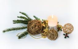 Palloni dalle viti e decorazioni di Natale su un fondo bianco immagine stock