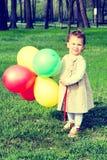 Palloni della tenuta del bambino Fotografia Stock