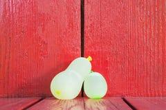 Palloni di acqua su legno rosso Fotografia Stock Libera da Diritti