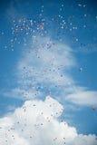 Palloni di colore sopra il cielo blu del turchese fotografia stock