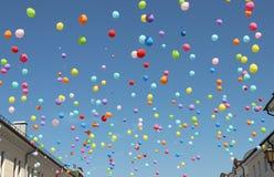 Palloni di Multicilored sul cielo immagini stock libere da diritti