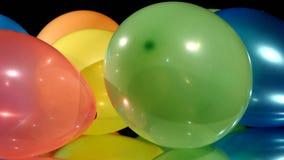 Palloni differenti multicolori, rotazione, sopra archivi video