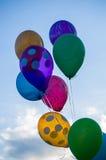 Palloni dipinti contro il cielo immagini stock