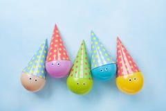 Palloni divertenti variopinti sulla vista blu del piano d'appoggio Fondo del partito o festivo Disposizione piana Cartolina d'aug fotografia stock