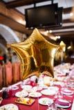 Palloni dorati brillanti sotto forma delle stelle Immagini Stock Libere da Diritti