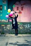 Palloni felici della tenuta della giovane donna che saltano su Fotografia Stock Libera da Diritti