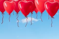 Palloni a forma di del cuore sul cielo Immagini Stock