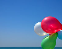 Palloni multicolori contro il cielo blu Fotografia Stock Libera da Diritti