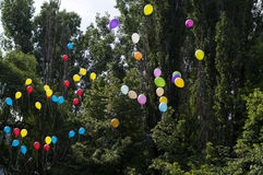 Palloni nel cielo contro gli alberi, la scuola di ultima chiamata, una festa Fotografie Stock