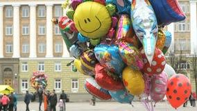 Palloni nelle forme differenti nel cielo archivi video