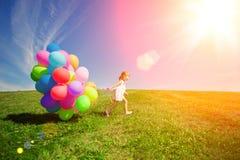 Palloni per il compleanno contro lo sfondo del cielo e Immagine Stock