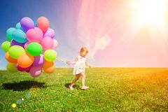 Palloni per il compleanno contro lo sfondo del cielo e Fotografie Stock Libere da Diritti