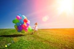 Palloni per il compleanno contro lo sfondo del cielo e Fotografie Stock
