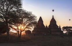 Palloni sopra Bagan ad alba fotografie stock libere da diritti