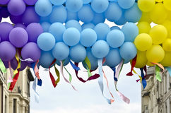 Palloni variopinti con sviluppare i nastri variopinti Fotografia Stock