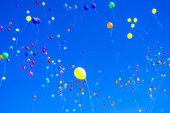 Palloni variopinti contro un cielo blu Fotografia Stock Libera da Diritti
