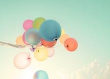Palloni variopinti nelle vacanze estive fotografia stock