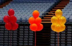 Palloni variopinti in scena immagini stock
