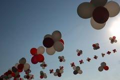 Palloni variopinti volanti contro cielo blu Multi ghirlanda colorata dei palloni Una bella decorazione per un festival della via  Fotografie Stock Libere da Diritti