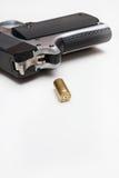 Pallottola e pistola con lo spazio della copia Immagini Stock