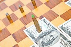 Pallottola invece del pezzo degli scacchi Concetto di potere militare Immagine Stock