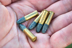 Pallottola nella mano fotografia stock