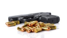 Pallottola, pistola su fondo bianco Immagine Stock