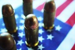 45 pallottole automatiche allineate su alta qualità della bandiera americana Immagine Stock Libera da Diritti
