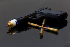 Pallottole della pistola e del fucile del gas lacrimogeno Fotografie Stock