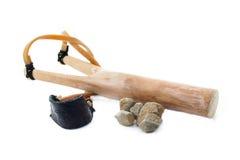 Pallottole di legno delle pietre e della fionda. Fotografia Stock