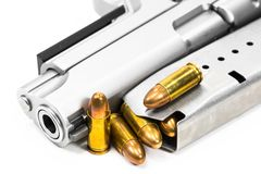 Pallottole disposte sulla museruola su un fondo bianco immagine stock