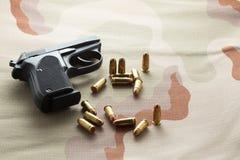 Pallottole e pistola nera della pistola Immagine Stock Libera da Diritti