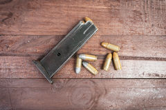 6 pallottole e rivista caricata isolate Immagine Stock