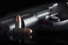 Pallottole e rivoltella della CZ 75 Fotografia Stock Libera da Diritti