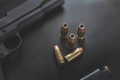 45 pallottole vuote del punto di calibro si avvicinano alla rivoltella ed alla rivista Fotografie Stock