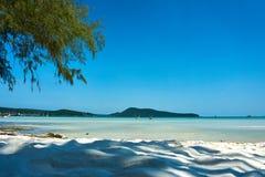 Palm Beach στη συμπαθητική ηλιόλουστη θερινή ημέρα Koh νησί Rong Sanloem, Saracen κόλπος Καμπότζη, Ασία στοκ εικόνες