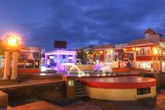 Palm Beach che contiene gli hotel ed i ristoranti in Aruba immagine stock