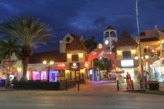 Palm Beach che contiene gli hotel ed i ristoranti in Aruba fotografia stock