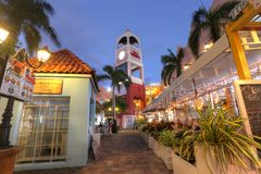 Palm Beach som innehåller hotell och restauranger i Aruba Arkivbild