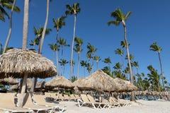 Palm Beach strandparaply, dominikan som är karibisk arkivfoto