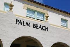 Palm Beach-Zeichen auf spanisch-ähnlichem Gebäude lizenzfreie stockbilder